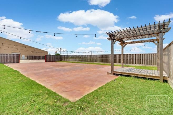 For Sale   ±11,250 SF Building in Angleton, Texas